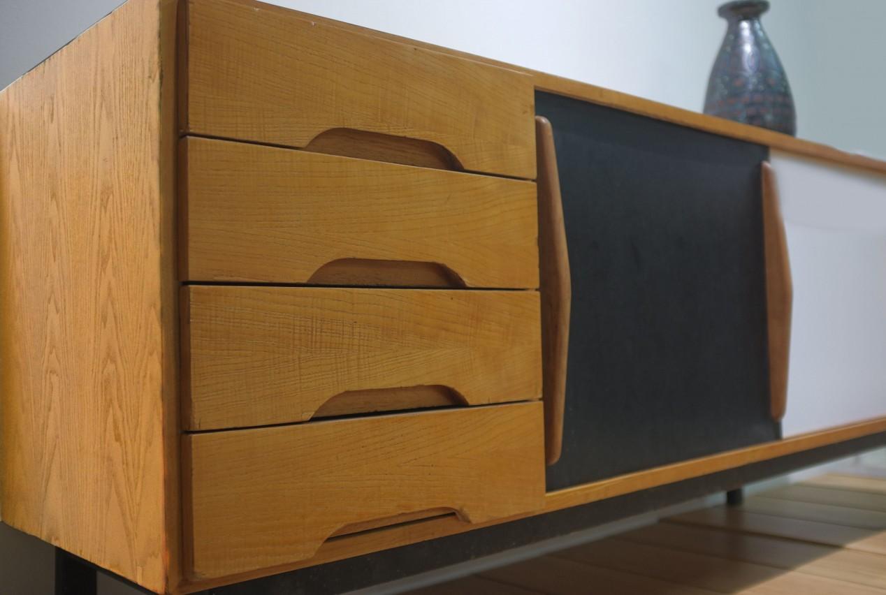 Placage frêne, 2 portes coulissantes en formica noir et blanc, 4 casiers et piétement en métal laqué noir. Cité Cansado, Mauritanie. Edition Steph Simon. 1958 Ht: 78cm L: 158cm P: 45cm