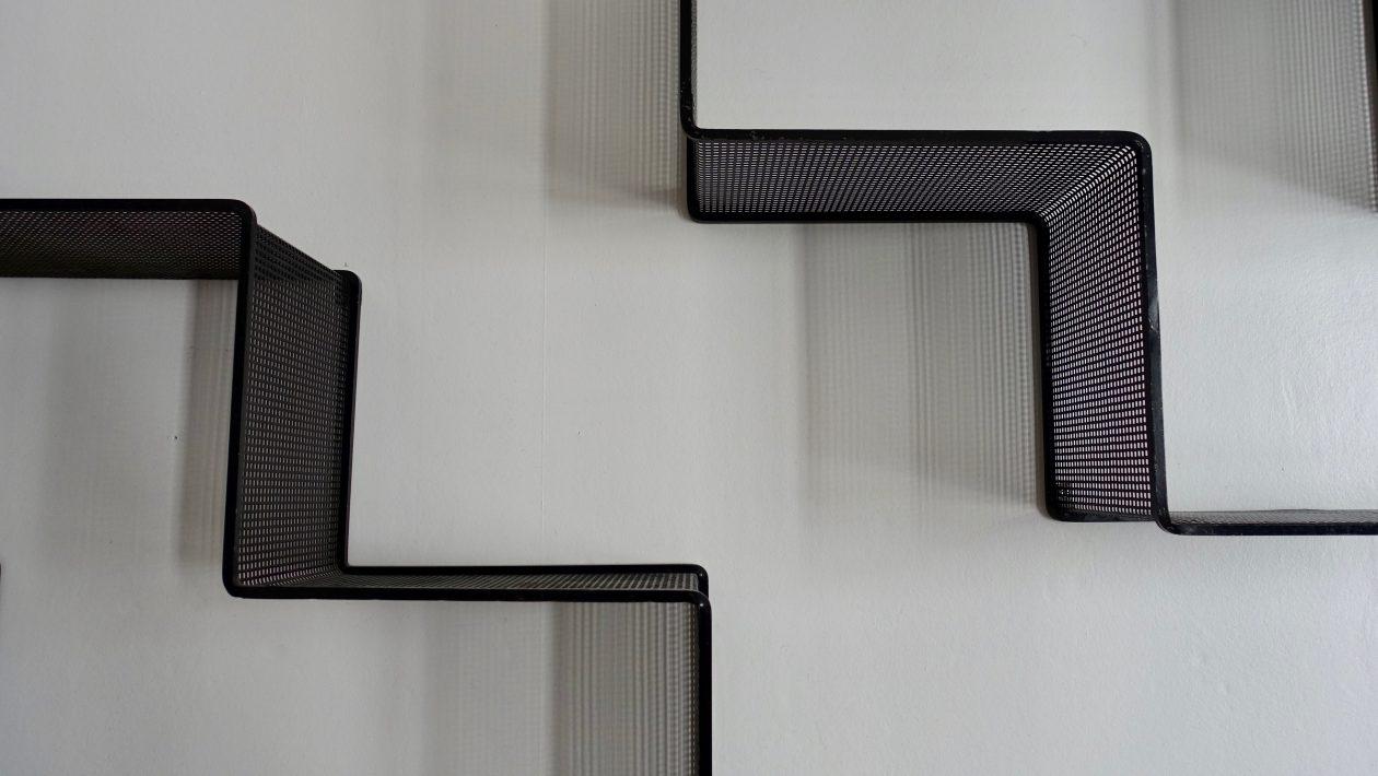Étagères « Dedal » en métal laqué noir de Mathieu Matégot, vers 1955. Quelques traces. H: 50cm x L: 89cm x l: 19,5cm