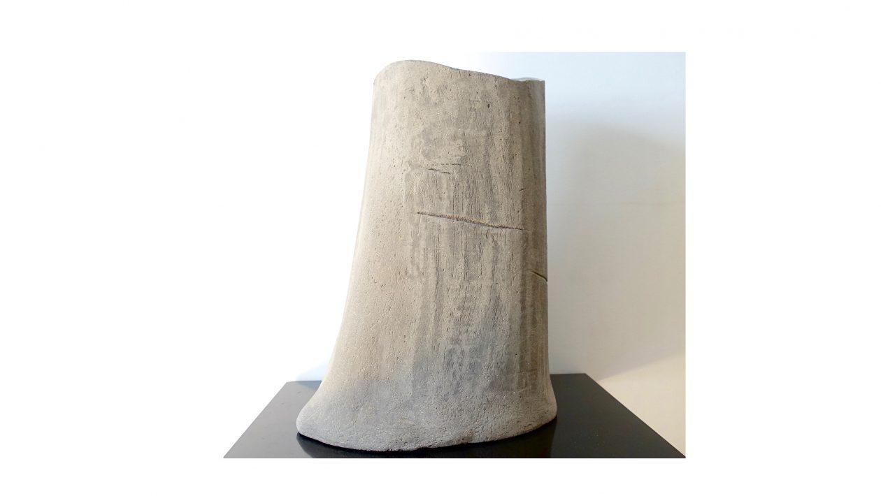 Vase. Chaque pièce est numérotée et marquée « FCK », chaque modèle est unique, leur micro-architecture s'appuie sur des formes élémentaires: cylindres, troncs, cubes, cônes, disques. Grès, faïence de ciment. Les matériaux utilisés ne contiennent ni plomb, ni cadmium. Paris, France. 2017. En exclusivité chez Maison Verrsen. Prix sur demande
