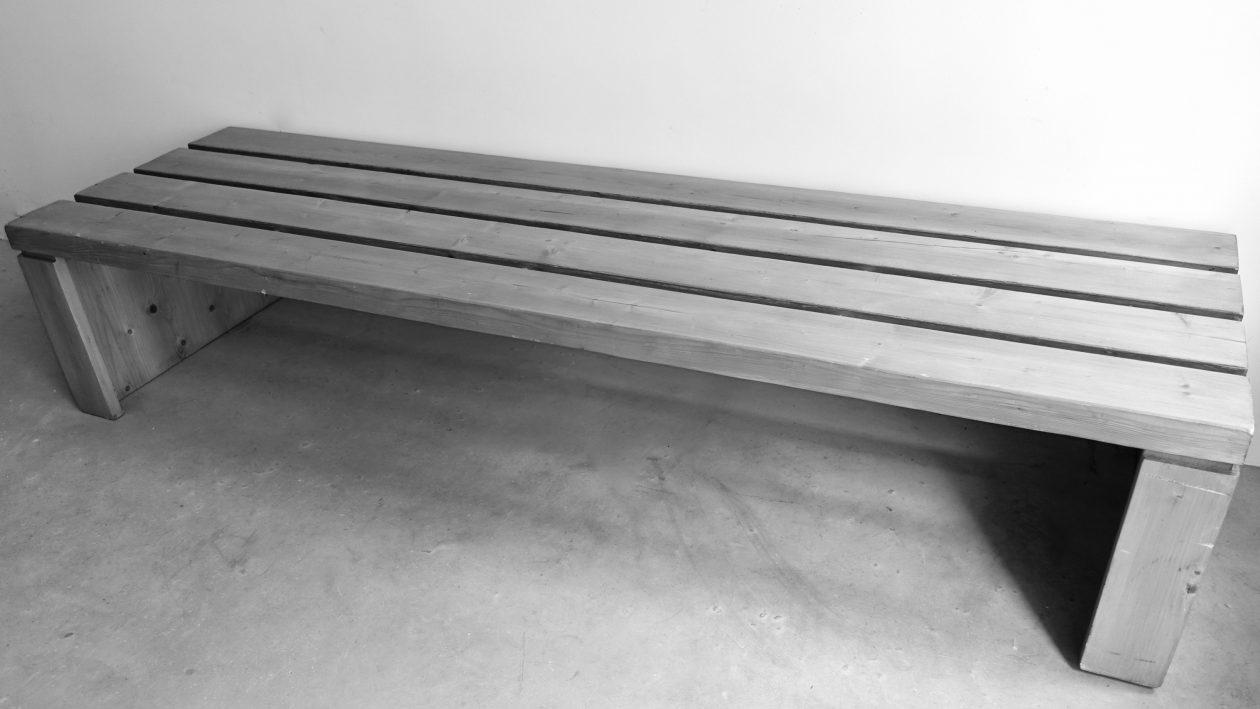 Rare banquette en pin, constituée de quatre larges lattes et reposant sur deux piétements latéraux, de Charlotte Perriand. Provenance « résidence de l'archeboc », les Arcs 1800. L: 190cm h: 40cm l: 58cm