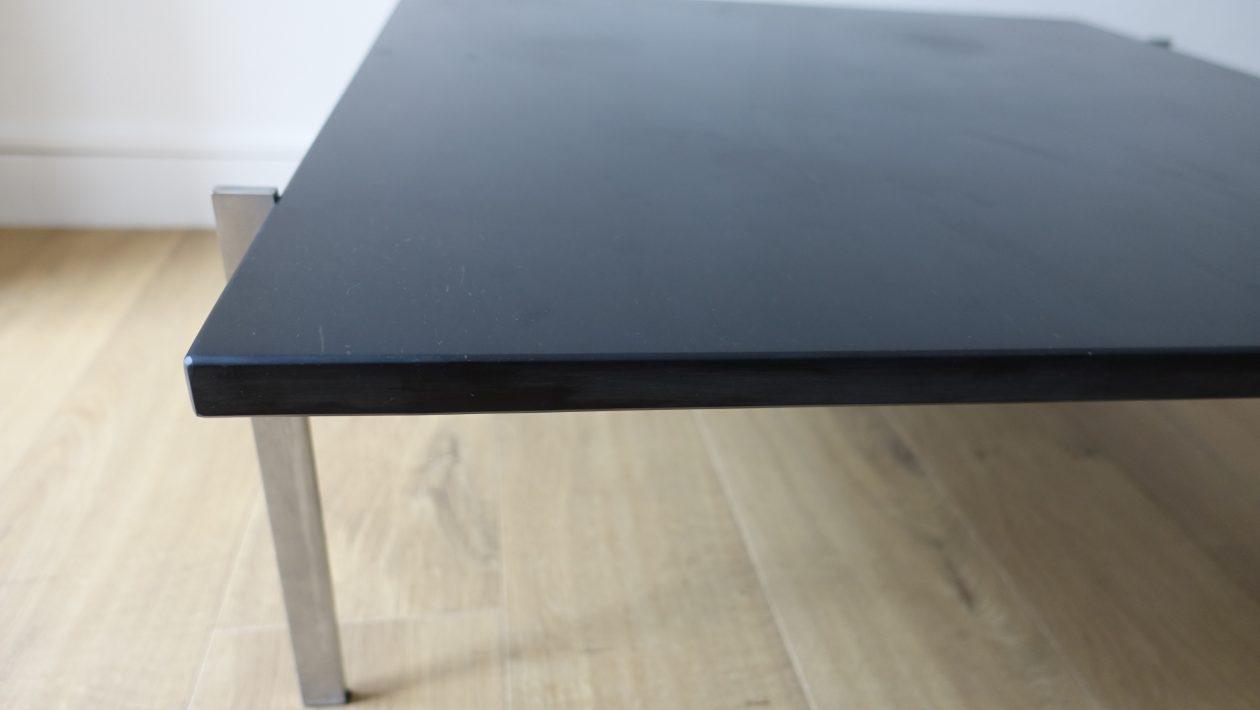 Table basse de Poul Kjaerholm, avec plateau carré en marbre noir, posé sur une structure quadripode en acier inoxydable brossé. Edition Kold Christensen de 1956. L: 80cm x P: 80cm x H: 32 cm