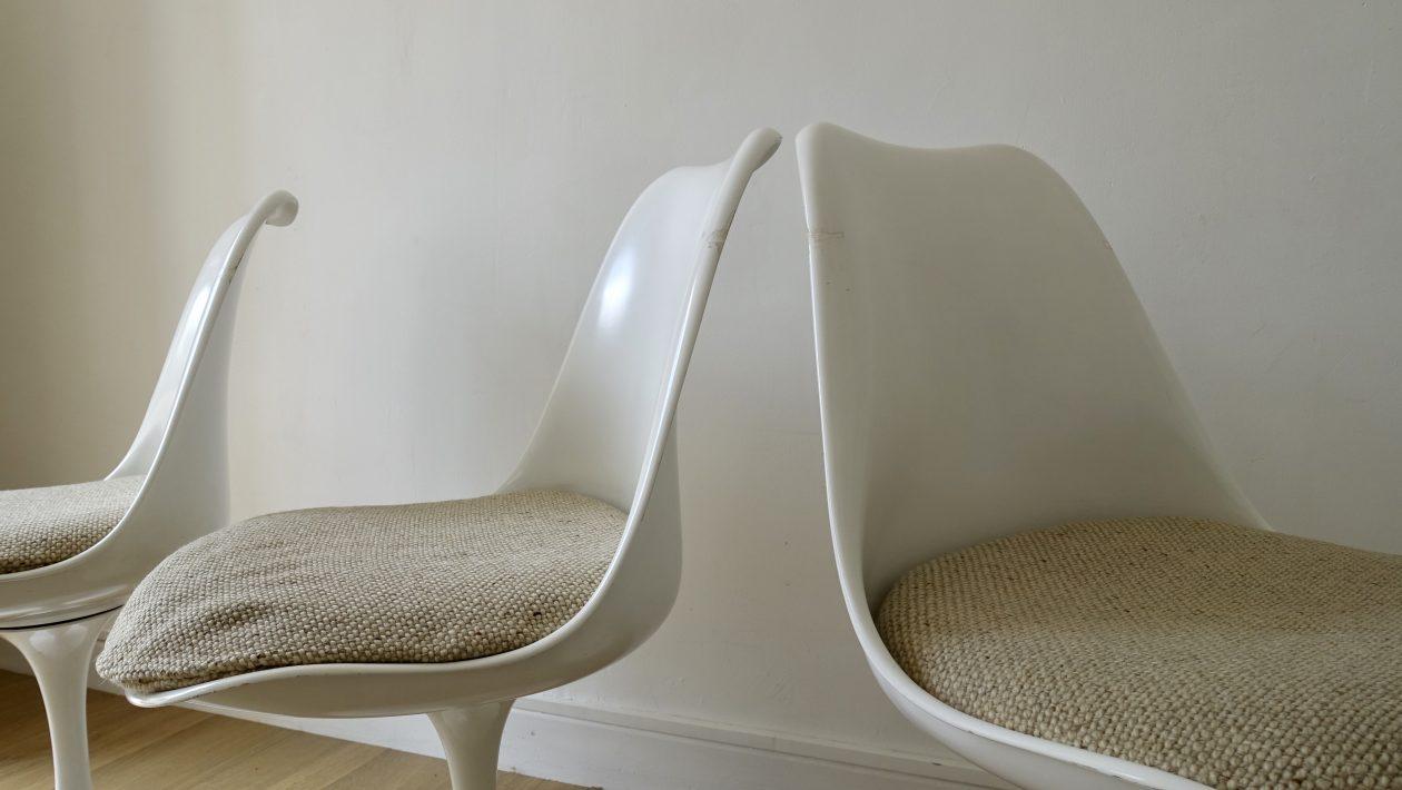 EERO SAARINEN (1910-1961) Chaises Tulip. KNOLL Edition. Suite de quatre chaises pivotantes. Pieds en fonte d'aluminium laqué blanc, coque en résine blanche et coussin en tissu chiné beige Edition des années 1970