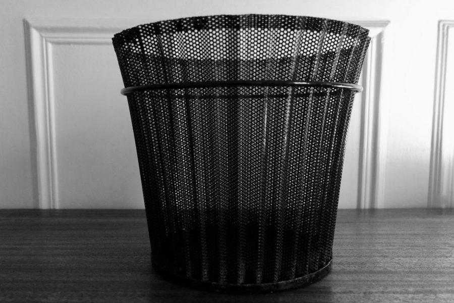 Corbeille à papier en rigitulle de Mathieu Matégot. Hauteur: 23,5cm Diamètre: 27cm, noir et blanc 1953.