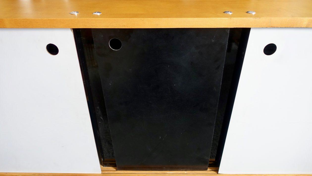 Buffet « trois portes », en frêne de la cité Cansado en Mauritanie, par Charlotte Perriand. Fabrication Métal Meuble pour la galerie Steph Simon. De 1959 à 1963. L: 156cm x H: 78cm x l: 46cm.