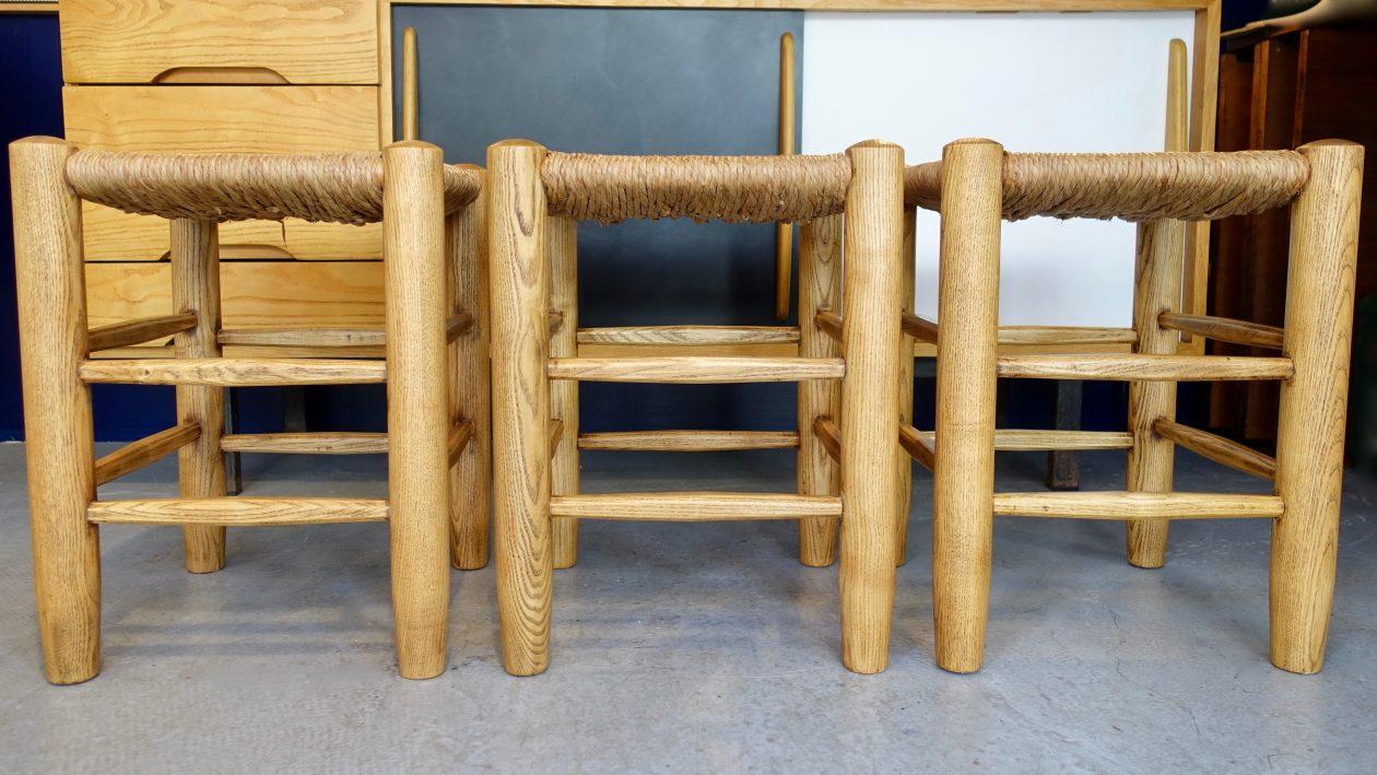 Tabourets modèle « Avoriaz » en frêne, de Charlotte Perriand. H: 45cm x l: 35cm Edition Sentou 1978.