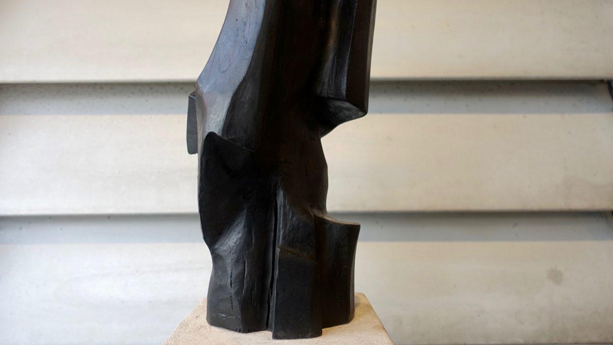 Sculpture en bois teinté de Marc Lerude. H: 50cm x l: 20cm (pierre)