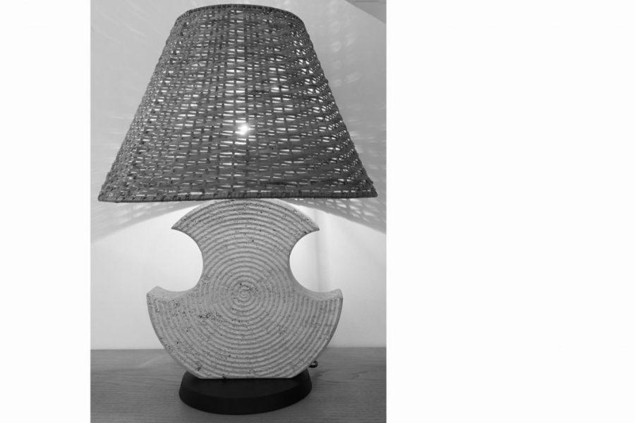 Lampe en travertin, abat-jour en osier, travail italien vers 1960.