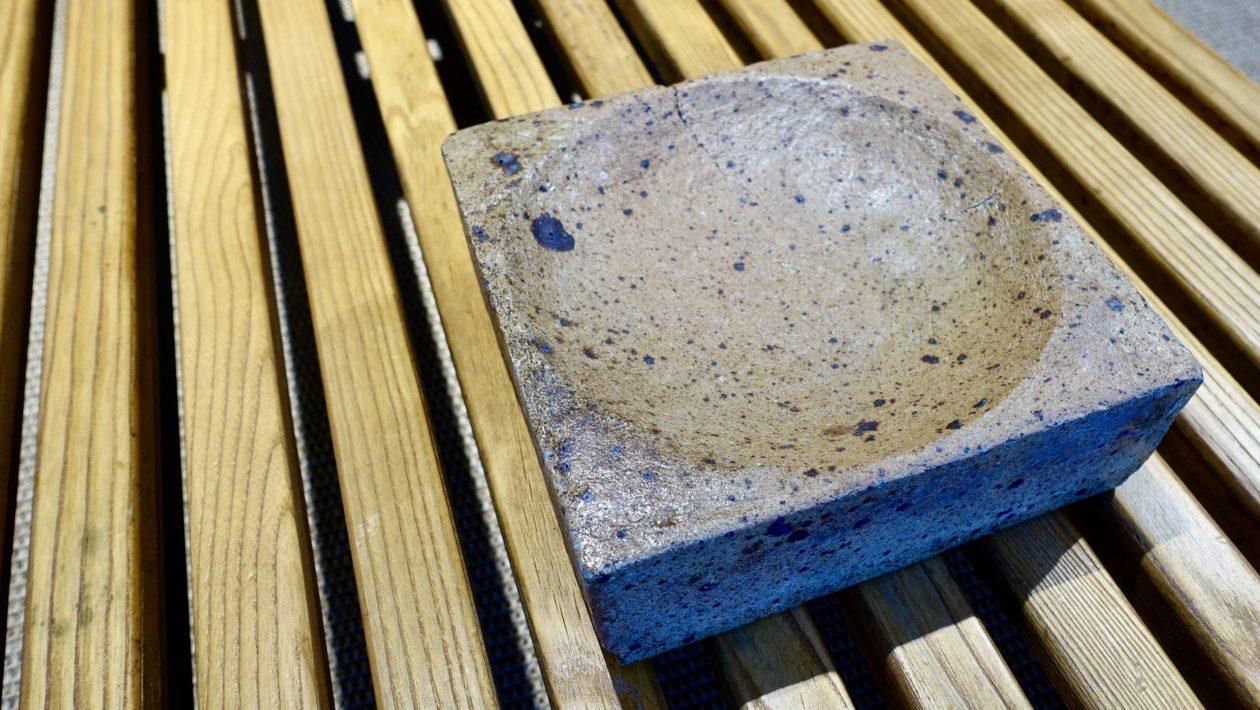 Différentes céramiques murales en grès émaillés et non émaillés. Tons bleus et blancs. Pierre Digan, La Borne. 1960. 21,5cm x 21,5cm ép: 7,5cm